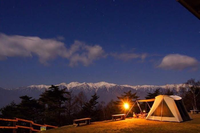 野反湖キャンプ場は緑の絨毯が敷きつけられた人気のスポット!魅力をご紹介