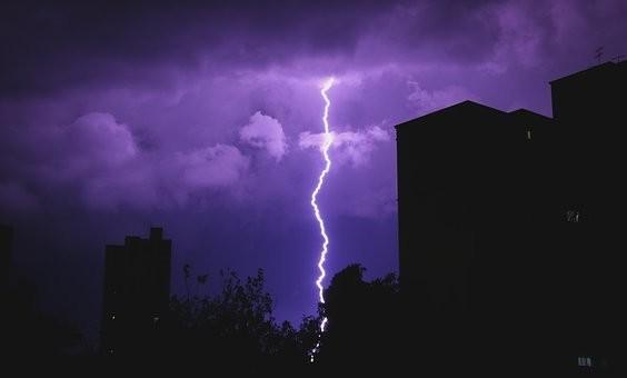 雷が怖い人の心理・克服方法・対策方法|女性/犬/音/寝れない
